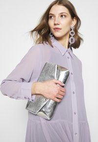 Monki - COLLINA DRESS - Blusenkleid - solid purple - 4