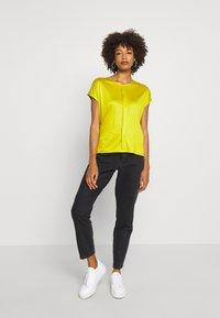 someday. - KUSANA - T-shirt basic - golden green - 1