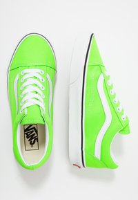 Vans - OLD SKOOL UNISEX - Trainers - neon green gecko/true white - 1