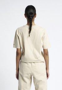 HALO - T-shirts print - sand - 3