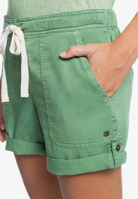 Roxy - LIFE IS SWEETER - Shorts - vineyard green - 4