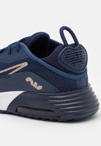 Nike Sportswear - AIR MAX 2090 UNISEX - Sneakers laag - midnight navy/metallic red bronze - 5