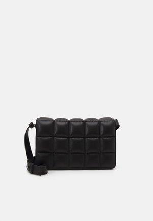 BOBBIE BAG - Taška spříčným popruhem - black dark