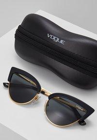 VOGUE Eyewear - Occhiali da sole - black/gold-coloured - 3