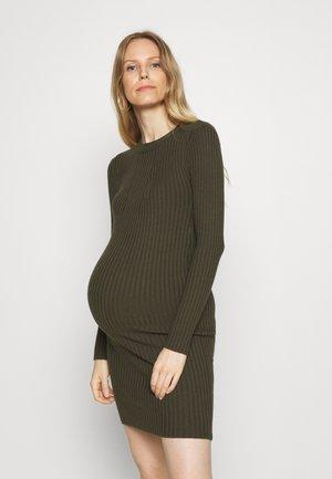 PCMCRISTA O NECK DRESS - Gebreide jurk - olive