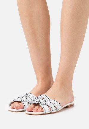 SANDRINE 2 - Pantofle - white/black/natural