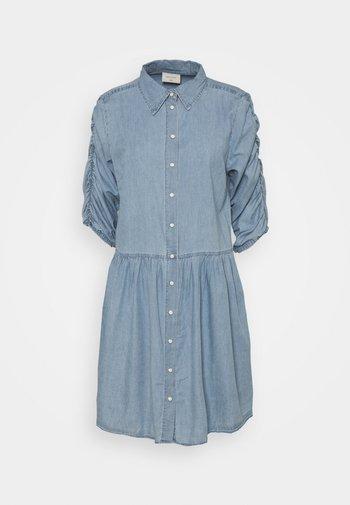 FQDOBBY PUFF - Denimové šaty - light blue denim