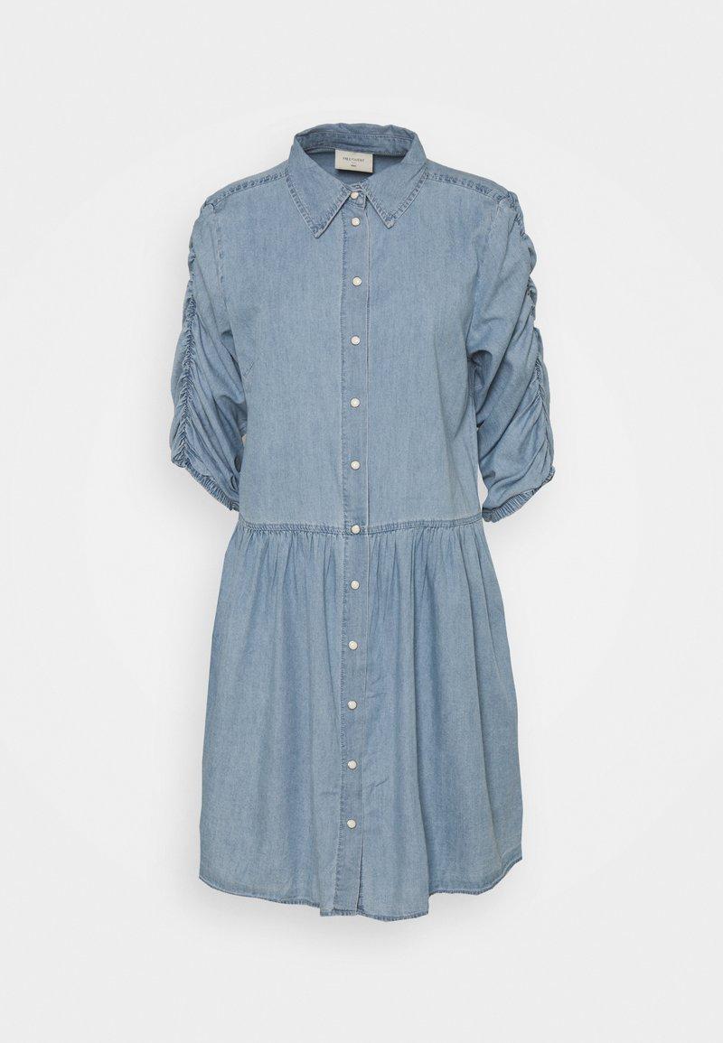 Freequent - FQDOBBY PUFF - Denimové šaty - light blue denim