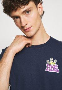 HUF - CROWN LOGO TEE - Print T-shirt - navy - 3