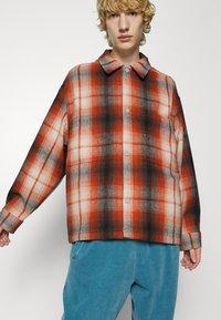 Levi's® - PORTOLA CHORE COAT UNISEX - Summer jacket - anatase picante - 5