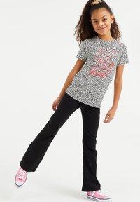 WE Fashion - MET OPDRUK, PAILLETTEN EN DESSIN - T-shirt print - all-over print - 0