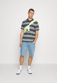 Nike Sportswear - STRIPE - Piké - iron grey/particle grey - 1