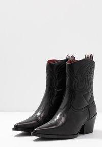 Bronx - JUKESON - Cowboy/biker ankle boot - black - 4