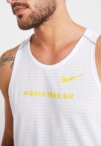 Nike Performance - RISE TANK ARTIST - Funktionströja - white/chrome yellow/reflective silver - 8