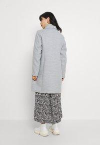 Vero Moda Petite - VMCALACINDY JACKET - Klasický kabát - light grey melange - 2