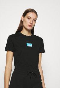 Calvin Klein Jeans - SHINE BADGE TEE - T-shirts med print - black - 0