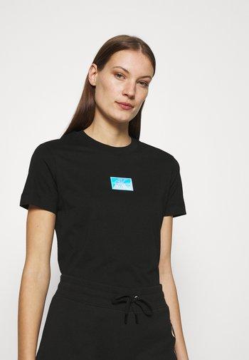 SHINE BADGE TEE - T-shirts med print - black