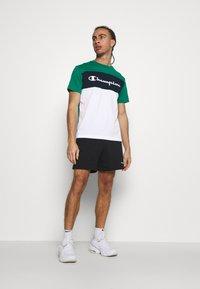 Champion - CREWNECK - T-shirt med print - green/white/navy - 1