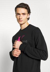 Calvin Klein Jeans - MONOGRAM CREW NECK - Sweatshirt - black/pink - 3