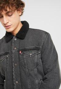 Levi's® - TYPE 3 SHERPA TRUCKER - Denim jacket - black denim - 3