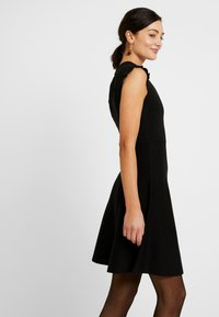 Forever New - BILLY FIT AND FLARE DRESS - Vestido de punto - black - 4