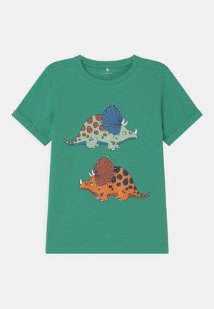 NKMBUGOS - T-shirt print - green spruce