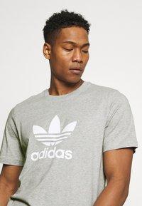 adidas Originals - TREFOIL UNISEX - T-shirt med print - medium grey heather/white - 3