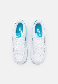 Nike Sportswear - FORCE 1 SPACE JAM UNISEX - Sneakers laag - white/light blue fury/white - 3