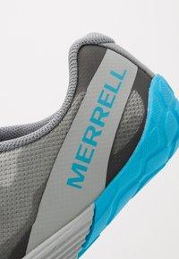 Merrell - VAPOR GLOVE 4 - Minimalist running shoes - monument - 5