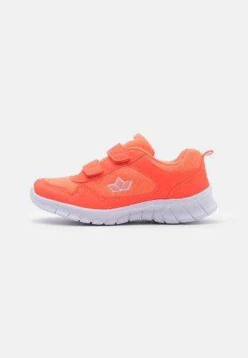 MURCIA UNISEX - Trainers - neon orange/weiß