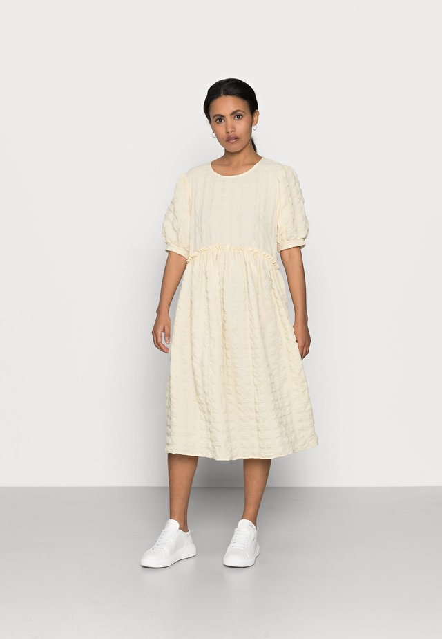 PCLUDMILLA DRESS  - Sukienka letnia - almond oil