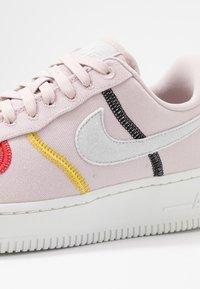 Nike Sportswear - AIR FORCE 1 - Sneakers laag - silt red/summit white/bright citron/universe red/black - 5