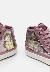 Geox - DISNEY PRINCESS BELLE KALISPERA GIRL - Sneakers hoog - dark rose - 5