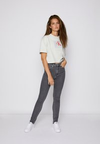Calvin Klein Jeans - BOXY ROLL UP SLEEVE TEE - Print T-shirt - stone grey - 3