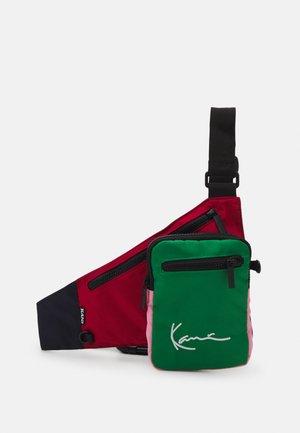 SIGNATURE BLOCK BODY BAG UNISEX - Across body bag - red