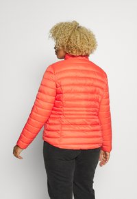 Simply Be - PACKAWAY SHORT LIGHTWEIGHT PADDED JACKET WITH CONCEALED HOOD (SH - Light jacket - coral - 2