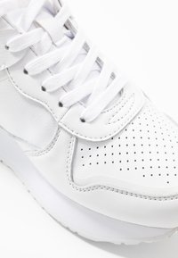 Tommy Hilfiger - DRESSY WEDGE  - Sneakers basse - white - 2
