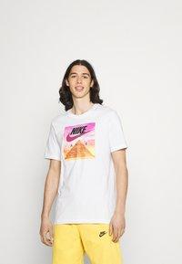 Nike Sportswear - TEE FESTIVAL PHOTO - T-shirt med print - white - 0