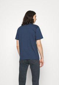 adidas Originals - SURREAL SUMMER UNISEX - T-shirt con stampa - crew navy - 2