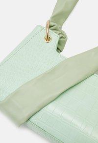 Pieces - PCBELLIA SHOULDER BAG - Handbag - fresh mint/gold-coloured - 3