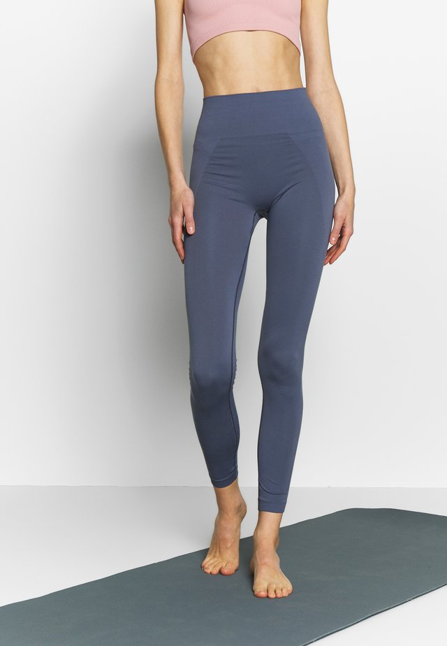 HIGH SEAMLESS LEGGING - Punčochy - misty blue