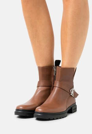 CLEATED MID BOOT BUCKLE - Classic ankle boots - cognac