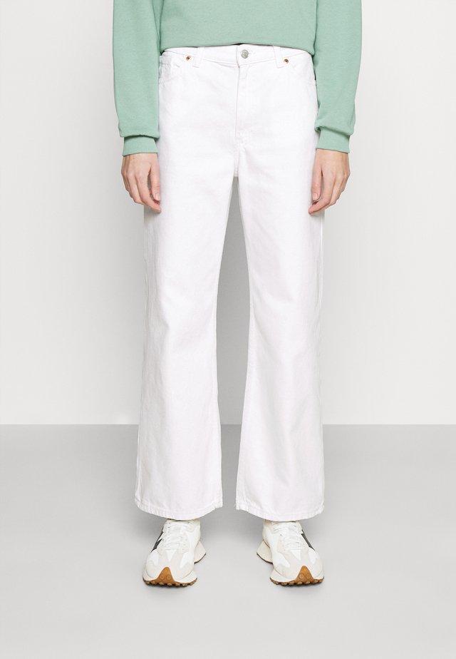 Široké džíny - white light