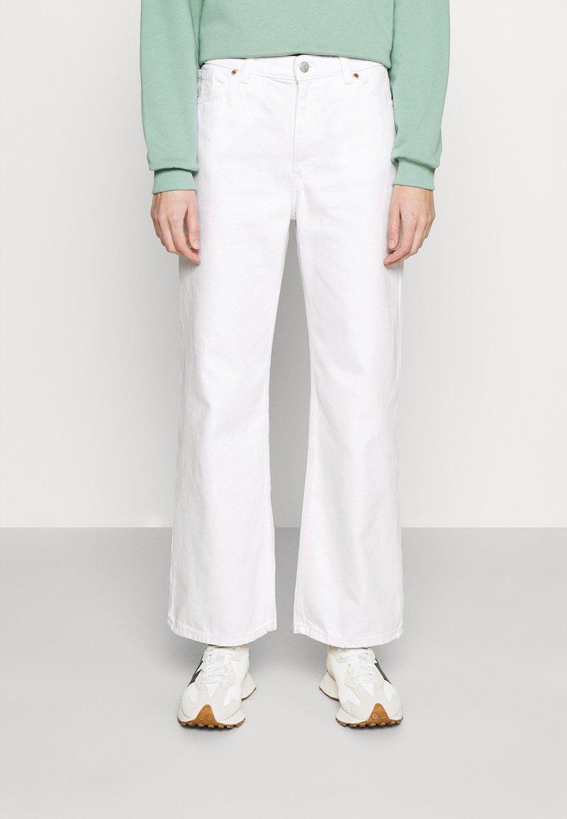 Monki - Široké džíny - white light