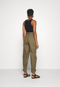 Tommy Jeans - HIGH RISE BELTED PANT - Spodnie materiałowe - olive tree - 2