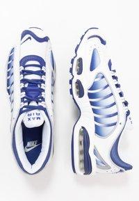 Nike Sportswear - AIR MAX TAILWIND IV - Sneakers - white/deep royal blue/wolf grey - 1