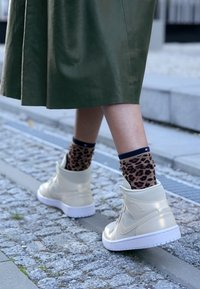 Jordan - AIR 1 MID SE - Sneakers high - fossil/white - 4