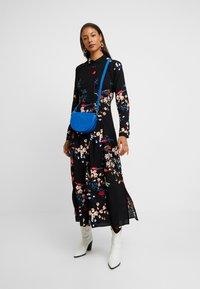Mavi - PRINTED DRESS - Skjortekjole - black - 2