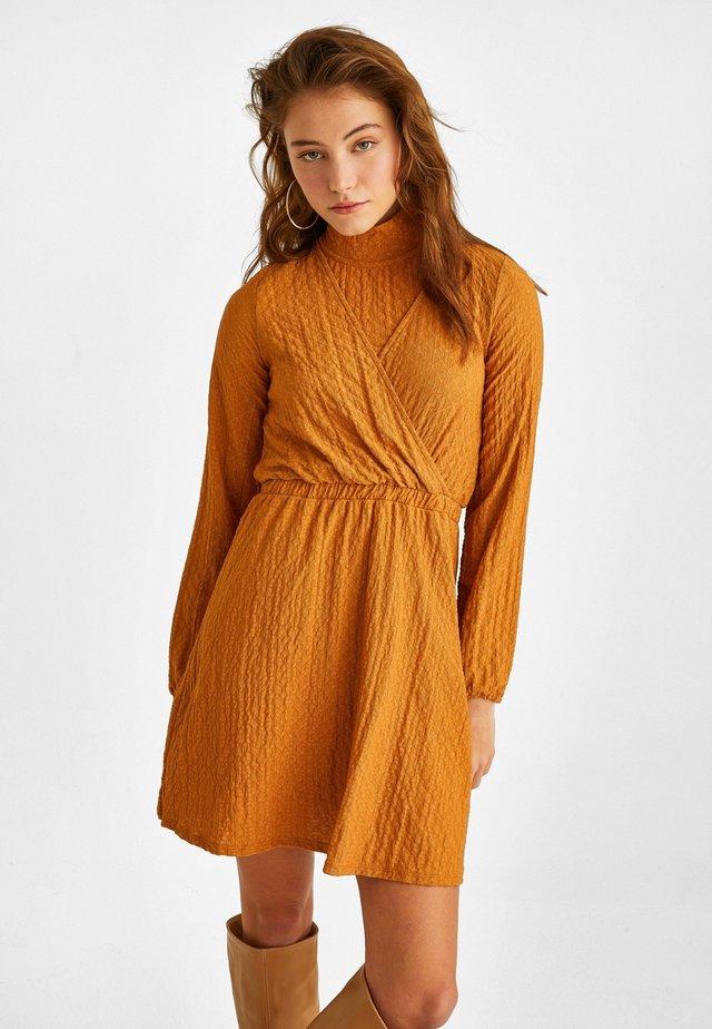 MIT MODISCHER MATERIALSTRUKTUR - Day dress - brown