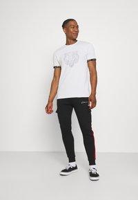 CLOSURE London - HIDDEN LOGOBAND FURY TEE - T-shirt imprimé - white - 1
